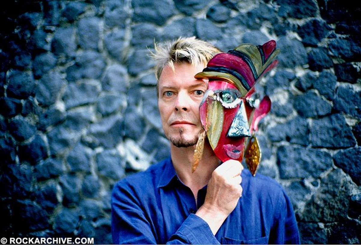 David Bowie photographed with a mask at Frida Kahlo's house and museum in Mexico City in October 1997. © Fernando Aceves