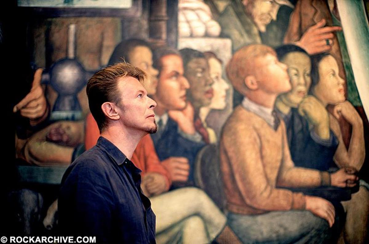 Bowie studying a mural by Diego Rivera in Mexico City in  1997. © Fernando Aceves